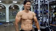 Postrojte-muskulistye-ruki-kak-u-Marka-Uolberga-s-pomoshhyu-etoj-trenirovochnoj-programmy-1